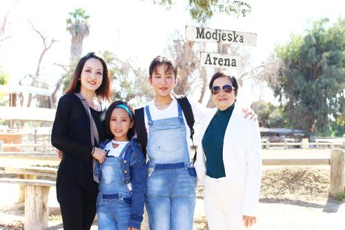Linh Nga đưa hai con gái và người thân đi chơi.