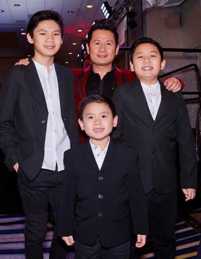 Bằng Kiều cùng ba con trai xuất hiện trong một sự kiện.