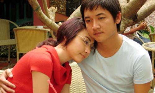Thành Đạt (phải) đóng cặp Ngân Khánh trong Sóng tình.