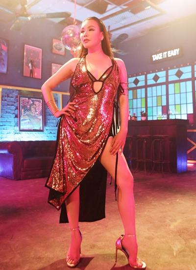 Hồ Quỳnh Hương mặc gợi cảm trong MV mới.