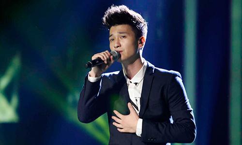 Huỳnh Anh thu hút người đối diện nhờ khuôn mặt điển trai, nụ cười sáng. Năm 2014, anh tham gia Học viện ngôi sao và dừng chân ở top 7. Giọng hát của Huỳnh Anh bị đánh giá là yếu, nhiều lần nằm trong nhóm nguy hiểm và các phần thể hiện nhạt nhòa.
