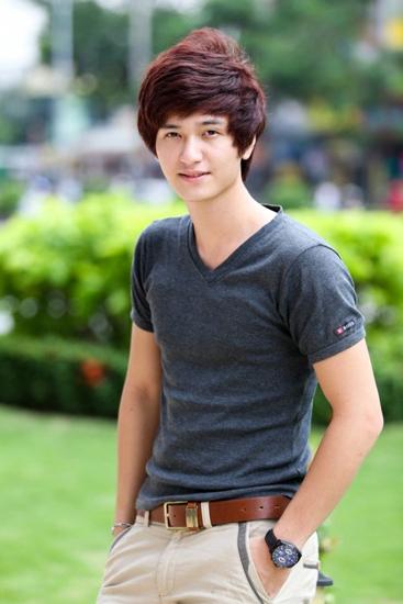 Huỳnh Anh sinh năm 1992 tại Hà Nội. Anh là con trai của diễn viên kịch câm Lê Ngọc Huỳnh. Trước khi hoạt động nghệ thuật, Huỳnh Anh là vận động viên taekwondo của tuyển trẻ Hà Nội.