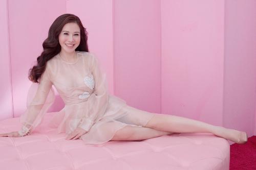 Trong bộ ảnh thời trang mới, Hoa khôi Lan Phương xuất hiện với trang phục váy với chất liệu voan mềm mại, nữ tính.