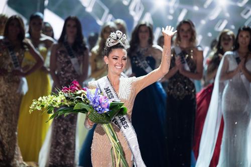 Người đẹp 22 tuổi hiện sống ở New York, thực hiện nghĩa vụ của một hoa hậu.
