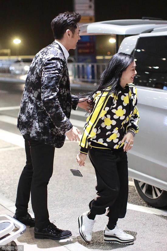 Chung Lệ Đề hôn chồng trẻ trên phố