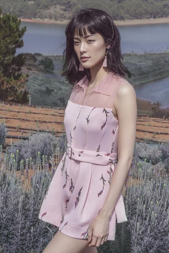 Hạ Vi diện đầm pastel giữa vườn hoa oải hương