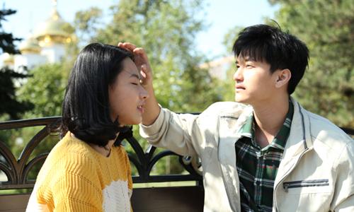 Trong Tình khúc bạch dương, Huỳnh Anh (vai Hùng) đóng cặp Minh Trang (vai Quyên). Ngoài những phân đoạn thể hiện tình cảm, Huỳnh Anh còn nhận được lời khen ở cảnh diễn nội tâm, dằn vặt, bế tắc.