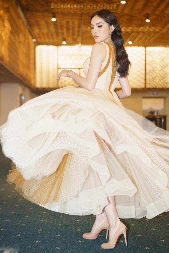 Kỳ Duyên chuộng váy tôn vòng một sau nâng ngực