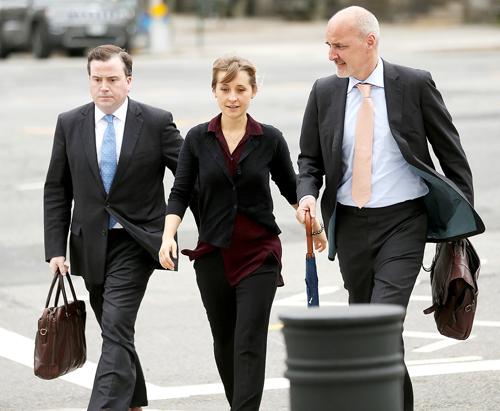 Allison Mack (giữa) tới toà án cùng luật sư. Ảnh: UsWeekly.