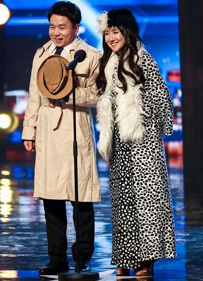Hai thí sinh Hàn Quốc trên sân khấu Britains Got Talent ngày 5/5. Ảnh: Rex.