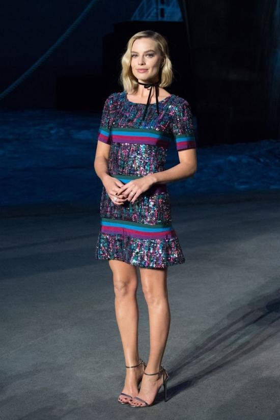 Con gái Cindy Crawford đẹp nhất tuần với váy xẻ ngực