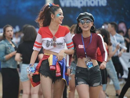 Tối 5/5, đêm nhạc EDM Nex Music Festival được tổ chức tại dự án xanh Ecopark, Hà Nội, thu hút 20.000 người tham dự. Sự kiện trở thành bữa tiệc sáng tạo đầy màu sắc của người hâm mộ nhạc điện tử (gọi tắt là ravers). Nhiều bạn trẻ hóa trang thành Captain American, Super women, Harley Quin& để bật cá tính giữa đám đông.