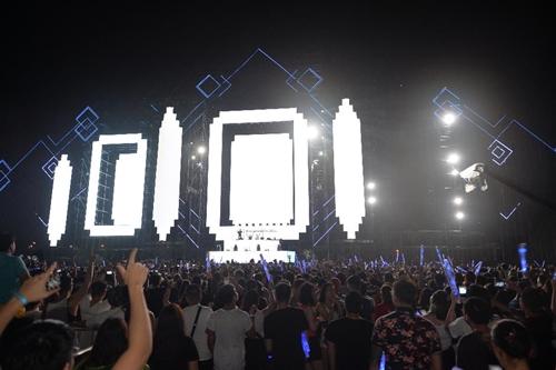 Hệ thống sân khấu ngoài trời khổng lồ có diện tích hơn 4.000m2 và hệ thống màn hình led 1.200m2 khiến khán giả mãn nhãn.
