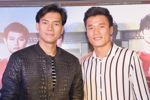 Thủ môn Bùi Tiến Dũng (phải) bên Nhan Phúc Vinh - diễn viên chính của phim - trong buổi chiếu phim tối 6/5.
