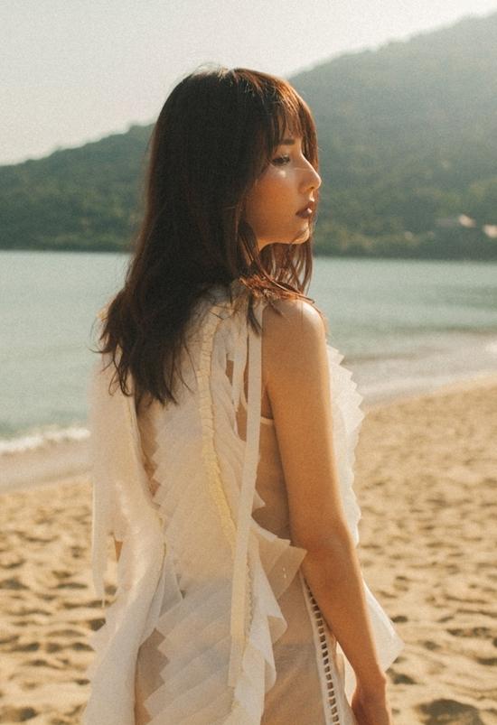 Diễm My 9x mặc váy xuyên thấu tạo dáng trước biển