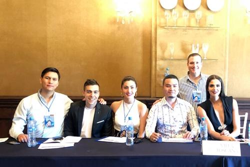 Đức Vincie (ngồi thứ hai từ phải qua) cùng các giám khảo Miss Mexico.