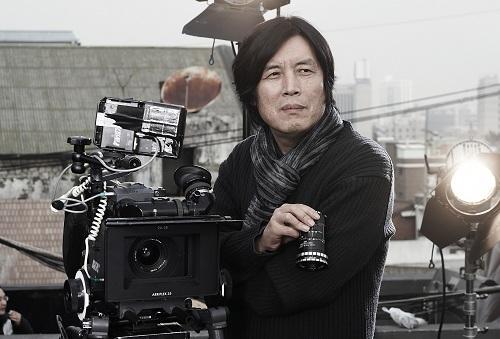 Lee Chang Dong sinh năm 1954. Ngoài việc làm phim, ông còn giữ chức Bộ trưởng Bộ Văn hóa và Du lịch Hàn Quốc trong năm 2003-2004.