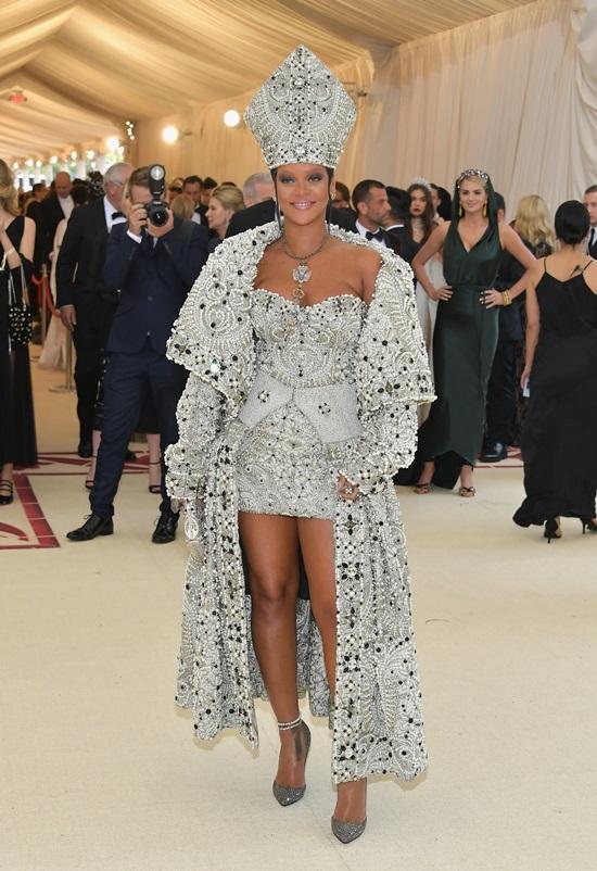 Rihanna diện phong cách giáo hoàng, Katy Perry đeo cánh thiên thần