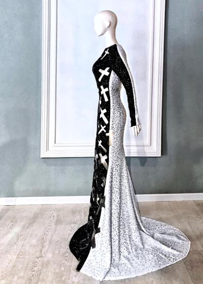Nửa trước của bộ váy là màu đen tượng trưng cho cái ác, nửa sau là màu trắng tượng trưng cho cái thiện.