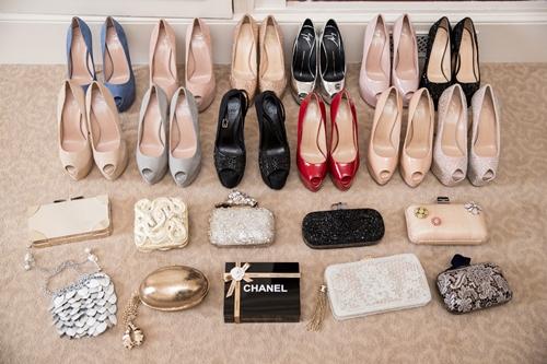 Giày cao gót của cô đa số thuộc những tông màu trung tính như nude, đen, hồng nhạt... để dễ phối với trang phục.
