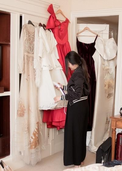 Trang phục dạ hội chiếm nhiều diện tích nhất, có thiết kếchỉ đựngvừa một chiếc vali.Trong ảnh: một nhân viên trong ê-kíp đang giúp cô là lại những bộ váyvà sắp xếp chúngtheo lịch trình. Ngoài thảm đỏ, cô còn tham dựnhữngsự kiện của các nhà sản xuất phim, đối tác... Vì vậy, cô chuẩn bị rất nhiều trang phục phù hợp với từnghoàn cảnh.