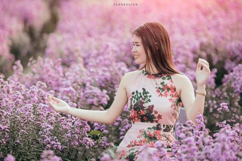 Nữ tác già vừa tung bộ ảnh mang tên Thanh xuân không đến lần hai được chụp giữa cánh đồng hoa tím. Cô diện chiếc váy hồng họa tiết hoa, tự tin tạo dáng trước ống kính máy ảnh.