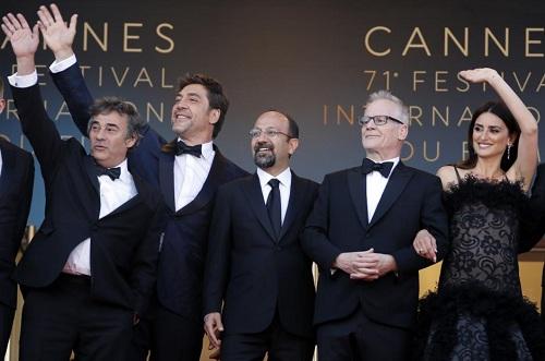 Asghar Farhadi (giữa) cùng ê-kíp ở buổi ra mắt phim.