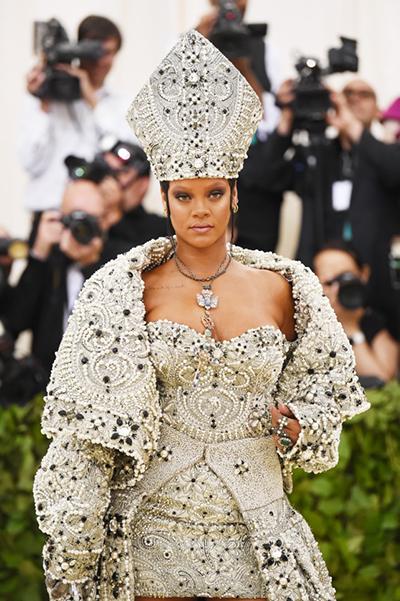 Trang phục lấy cảm hứng từ giáo hoàng của Rihanna. Ảnh: Vogue.