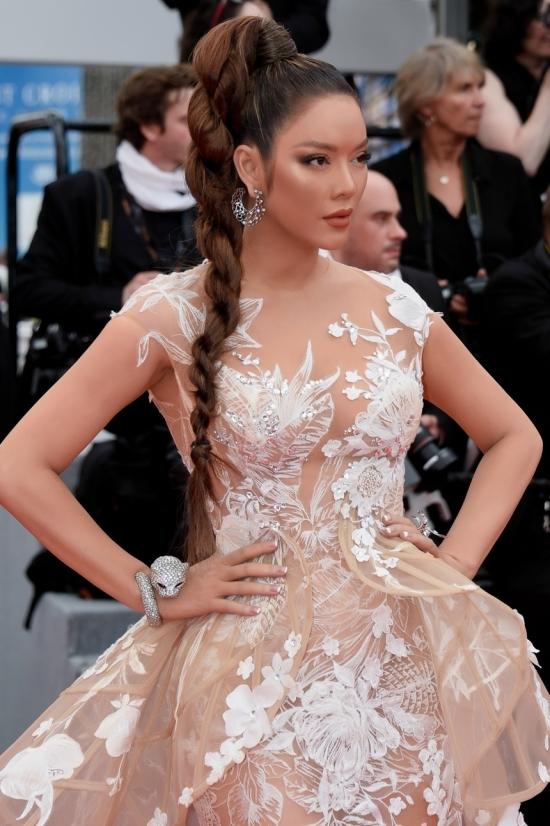 Lý Nhã Kỳ nhuộm da nâu, mặc xuyên thấu trên thảm đỏ Cannes