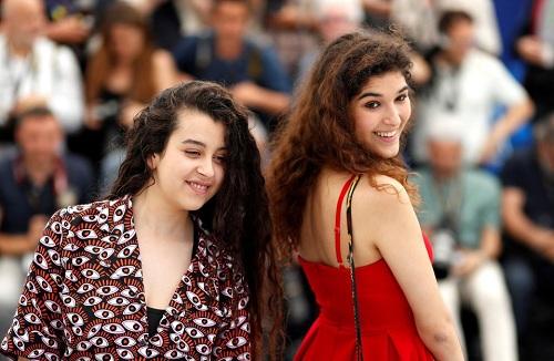 Hai nữ diễn viên Souad Arsane (trái)vàInas Chanti trong buổi ra mắt phim ở Cannes.