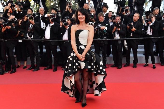 Kendall Jenner để hở ngực trần với váy lưới ở Cannes
