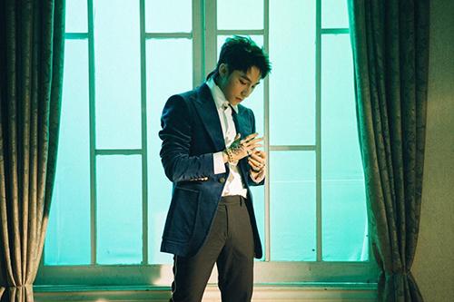 Áo vest nhung của Gucci làm điểm nhấn có giá 1.620 bảng (50 triệu đồng).
