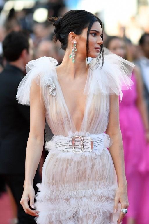 Kendall Jenner diện đầm trong suốt khoe cơ thể trên thảm đỏ Cannes