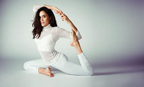 Meghan Markle thích tập yoga để duy trì sức khỏe, độ dẻo dai.