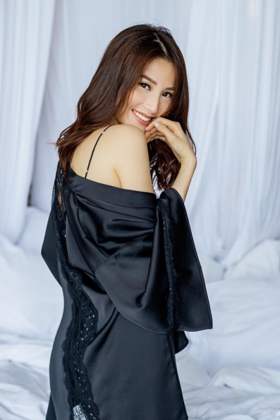 Diễm My 9x tạo dáng với váy ngủ