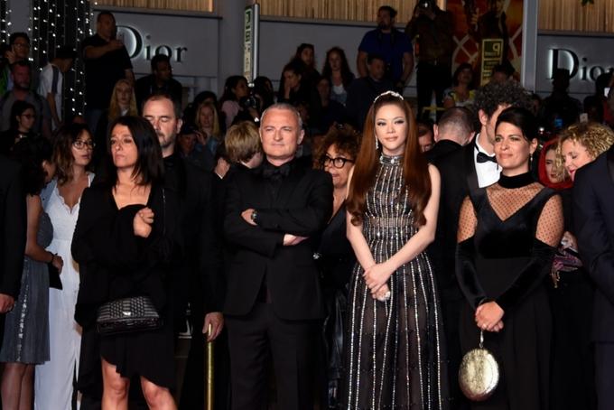Lý Nhã Kỳ diện váy đính 8.000 viên pha lê ra mắt phim ở Cannes