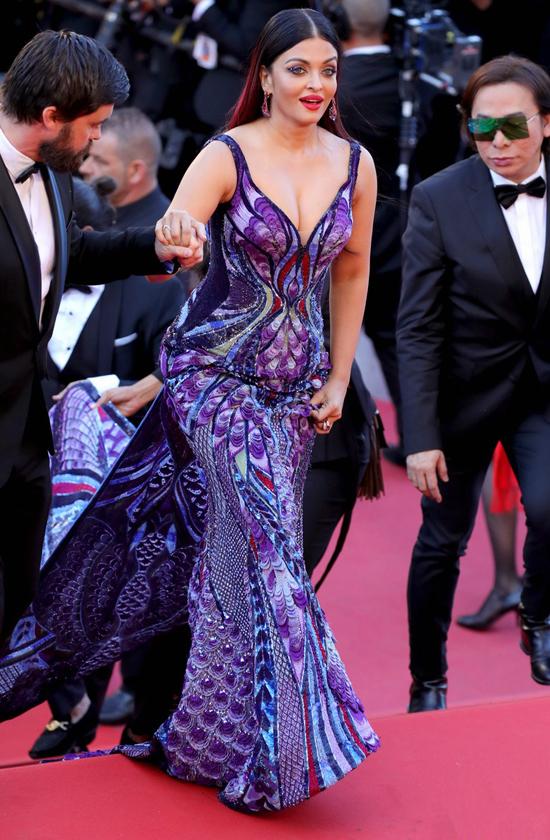 'Hoa hậu đẹp nhất thế giới' mặc váy tôn vòng một tới Cannes