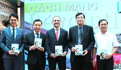 Tổng lãnh sự Pháp tại Việt Nam Vincent Floreani kí tặng sách cho độc giả. Bên cạnh là ông Nguyễn Văn Phước, Giám đốc First News - Trí Việt, đơn vị mua bản quyền cuốn sách Cách mạng.