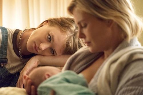 Mackenzie Davis (trái)- nữ diễn viên sinh năm 1987 - có vai diễn ấn tượng.