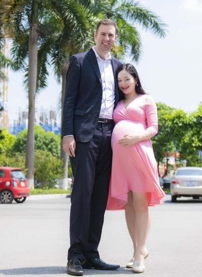 Diễn viên chia sẻ chiều cao 2 m của chồng luôn khiến cô thấy được che chở.