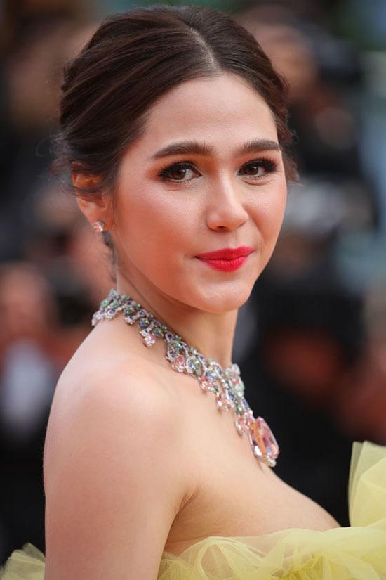 Cổ Lực Na Trát diện mốt ngực trần lên thảm đỏ Cannes