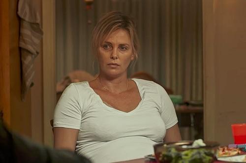 Charlize Theron tăng cân để nhập vai bà mẹ mới sinh.