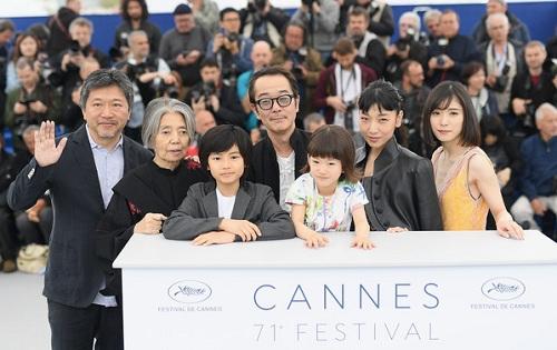 Hirokazu Kore-eda (ngoài cùng bên trái) và dàn diễn viên Shoplifters ở Cannes.Năm ngoái, đạo diễn Nhật chuyển hướng,làm phim hình sự The Third Murdervà bị chê bai.