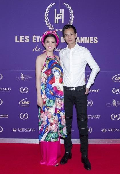 Trước đó, cả hai từng nhiều lần hợp tác. Trang phục dạ hội của Hoàng Hải góp phần giúp cô đăng quang Hoa hậu Quý bà tại Nga hồi năm 2017.