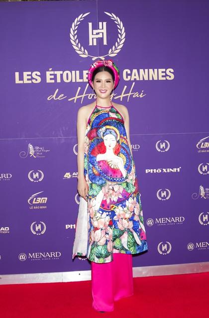 Nhà thiết kế giới thiệu 50 mẫu váy đượcđính kết cầu kỳ vớichủ đề Les Étoiles de Cannes(Những ngôi sao Cannes). Trước đó, anhđã tổ chức họp báo giới thiệu buổi trình diễn với sự xuất hiện củakhách mời đặc biệt - Đinh Hiền Anh. Hai nghệ sĩ cho biết luônđồng cảm vềnghệ thuật.Đinh Hiền Anh yêu thíchtà áo dài và mong muốn mang tà áo dài,nghệ thuật truyền thống Việt Namquảng bákhắpthế giới.