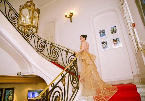 Đinh Hiền Anh là một trong những gương mặt nổi bật, từng chiến thắng hai cuộc thi nhan sắc lớn (Hoa hậu Quý bà, Nữ hoàng Kim Cương 2017) và ra mắt nhiều sản phẩm âm nhạc. Bên cạnh đó, cô còn tham gia cáchoạt động cộng đồng, đoạt giải Bông hồng quyền lực, Doanh nhân đa tài&