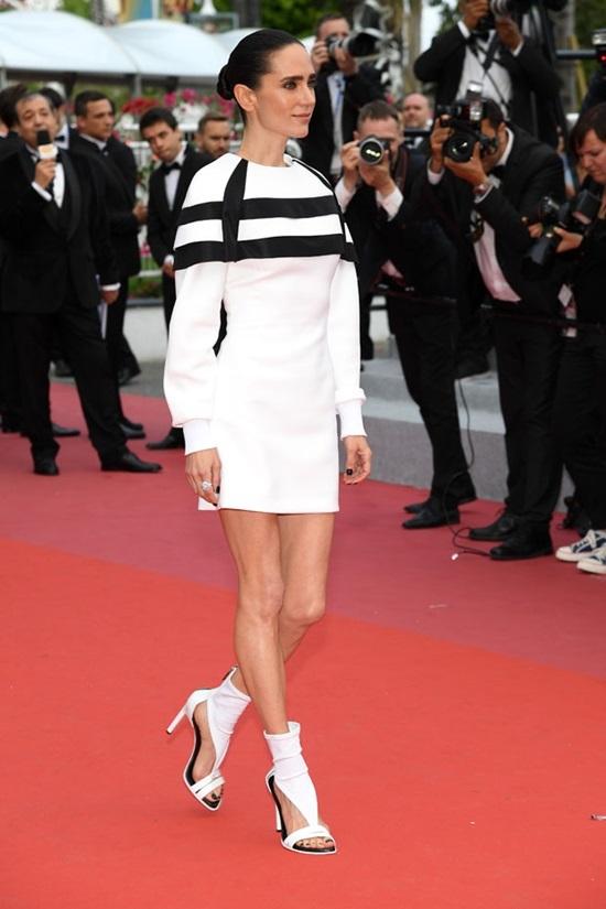 Tình cũ Leo DiCaprio diện váy xuyên thấu trên thảm đỏ Cannes