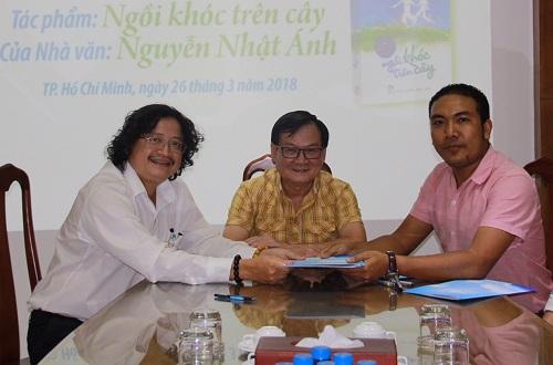 Từ trái sang:giám đốc NXB Trẻ Nguyễn Minh Nhựt,nhà văn Nguyễn Nhật Ánh,nhà sản xuất Chung Minh.