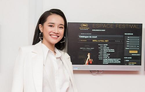 Nhã Phương đứng cạnhtấm bảng giới thiệu phim cô đóng chính ở Cannes.