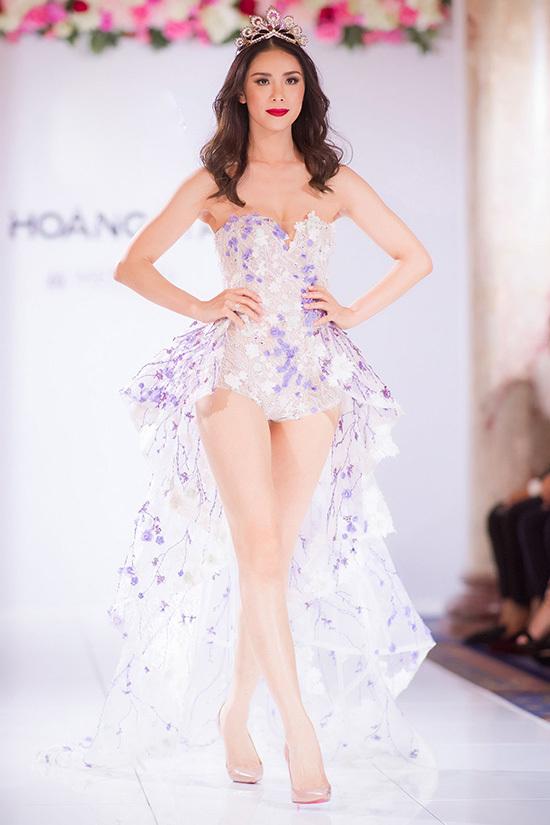 Mỹ Linh catwalk cùng Hoa hậu Hoàn vũ 2007 ở Pháp